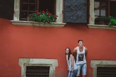 Förälskade unga härliga roliga par ha roligt utomhus- på gatan i sommar Arkivfoto