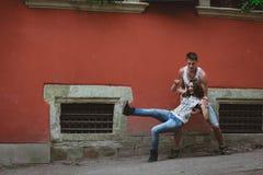 Förälskade unga härliga roliga par ha roligt utomhus- på gatan i sommar Royaltyfri Fotografi