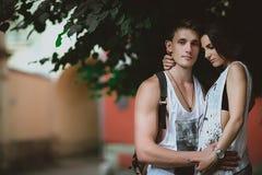 Förälskade unga härliga roliga par ha roligt utomhus- på gatan i sommar Fotografering för Bildbyråer