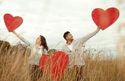 Förälskade unga lyckliga par. Royaltyfri Bild