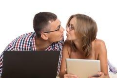 Förälskade unga män som kysser sig arkivfoton