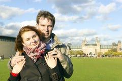 Förälskade utomhus- lyckliga par, museum Plein, höstAmsterdam bac Arkivbilder