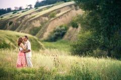 Förälskat anseende för gladlynta par under av ravin royaltyfria bilder