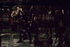 Förälskat dansa för stilfulla zigenska par passionately i aftonen cit royaltyfri bild