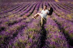 Förälskat gå för par till och med lavendelfälten royaltyfria bilder