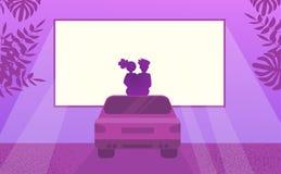 Förälskat hållande ögonen på filmsammanträde för par på bilen Utomhus- bionatt royaltyfri illustrationer