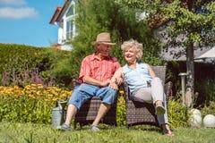 Förälskat koppla av för lyckliga höga par tillsammans i trädgården i sommar arkivfoto