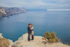 Förälskat koppla av för par, bergkust Arkivfoto