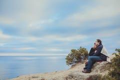 Förälskat koppla av för par, bergkust Arkivfoton