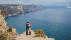 Förälskat koppla av för par, bergkust Arkivbild