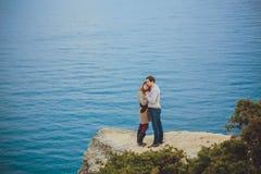 Förälskat koppla av för par, bergkust Royaltyfri Foto