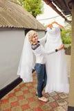 Förälskat koppla av för par, bergkust Fotografering för Bildbyråer
