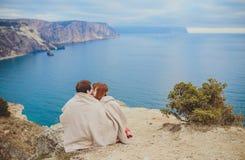 Förälskat koppla av för par, bergkust Royaltyfria Bilder
