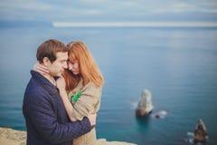 Förälskat koppla av för par, bergkust Royaltyfria Foton