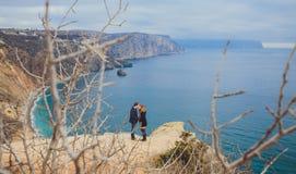 Förälskat koppla av för par, bergkust Arkivbilder