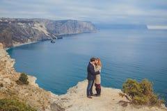 Förälskat koppla av för par, bergkust Royaltyfri Bild