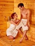 Förälskat koppla av för par på bastu Arkivbilder