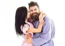 Förälskat krama för par i pajamaen, badrock Koppla ihop keln, att kyssa för flicka som är macho som isoleras på vit bakgrund Par Arkivfoton