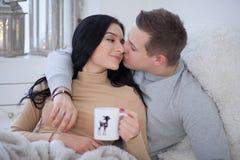 Förälskat krama för par och kyssa Royaltyfri Foto