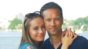Förälskat krama för par och le framme av kameran lager videofilmer