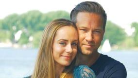 Förälskat krama för par och le framme av kameran stock video