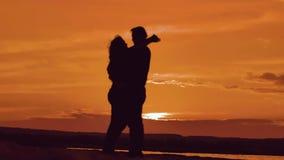 Förälskat krama för par på solnedgångsolljuskonturn förälskelse för familjförälskelsebegrepp Koppla ihop man- och flickakonturer  arkivfilmer