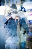 Förälskat krama för skyltdockor i en modern flygplats arkivbilder
