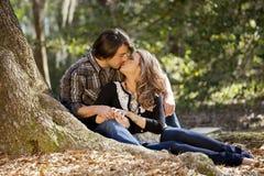 Förälskat kyssa för par arkivbild