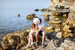 Förälskat kyssa för par bak den vita kvinnliga hatten royaltyfri fotografi