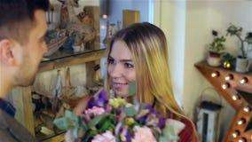 Förälskat kyssa för par och krama på blomsterhandeln lager videofilmer