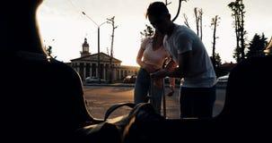 Förälskat lämna för lyckliga par för semesterpäfyllningsbagage in i bilen Semesterbegrepp, sommartid härligt barn för kvinna för  lager videofilmer