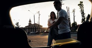 Förälskat lämna för lyckliga par för semesterpäfyllningsbagage in i bilen Semesterbegrepp, sommartid härligt barn för kvinna för  stock video