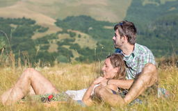 Förälskat ligga för par på en picknick Royaltyfri Fotografi