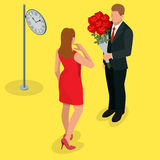 Förälskat möte för romantiska par Älska och fira begreppet Mannen ger en kvinna en bukett av rosor Romantiska vänner Royaltyfria Foton