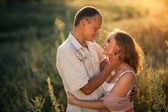 Förälskat omfamna för gladlynta par och se de Arkivbilder