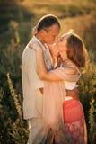 Förälskat omfamna för gladlynta par och se de på t Arkivbild