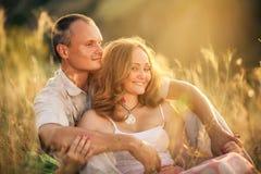 Förälskat omfamna för gladlynta par och se de på t Royaltyfria Bilder
