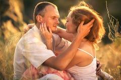 Förälskat omfamna för gladlynta par och se de på t Royaltyfri Foto