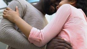 Förälskat omfamna för lyckliga par utomhus, nuzzling som tillsammans tycker om ögonblick stock video