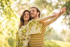 Förälskat på vårsäsongen Lyckliga mellersta ålderpar royaltyfri foto