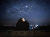 Förälskat sammanträde för par i en omfamning Arkivbilder