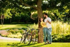 Förälskat utomhus- för unga lyckliga par Arkivbilder