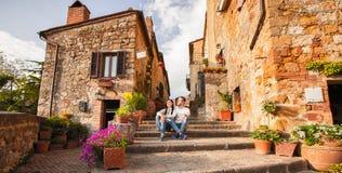 Förälskat vilar tycka om för härliga turist- par i den gamla staden på solnedgången arkivfoton