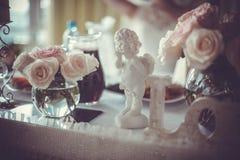 Förälskelse & änglar & blommor bröllop för band för inbjudan för blomma för elegans för bakgrundsgarneringdetalj royaltyfri bild