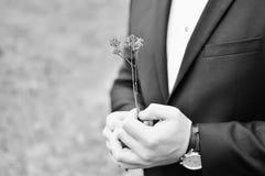 Förälskelse är inte viktiga blommor och tid på klockan Royaltyfri Foto