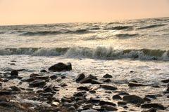 Förälskelse är som havet som mousserar med färgerna av himmel fotografering för bildbyråer