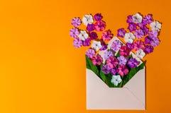 Förälskelse - bokstav med blomman, romantiskt meddelande på orange träbakgrund Plana symboler Royaltyfria Bilder