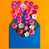Förälskelse - bokstav med blomman, romantiskt meddelande på orange träbakgrund Plana symboler Arkivbild
