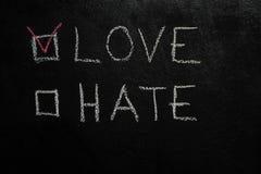 Förälskelse eller hat på den svarta svart tavlan arkivfoto