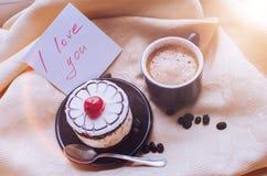 Förälskelse för anmärkning I dig med koppen kaffe och kakan Arkivbild